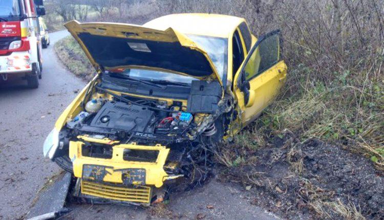Nehoda pri obci Hoštiná, auto narazilo do stromu