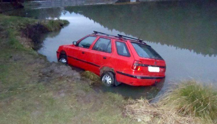 Dopravná nehoda v obci Ihrište, auto uviazlo v rybníku