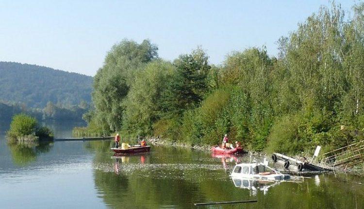 Potopený remorkér na rieke Váh neďaleko Púchova