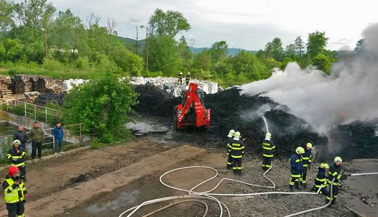 Pri Beluši horí skládka pneumatík, zasahuje takmer 60 hasičov