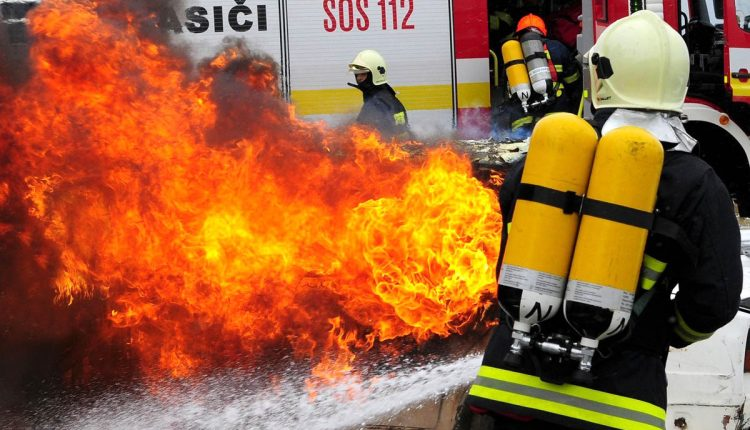 Požiar autodielní a časti podkrovia rodinného domu