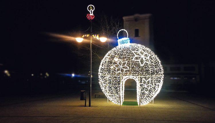 Púchovčania sú hrdí: Mesto zdobí obrovská vianočná guľa