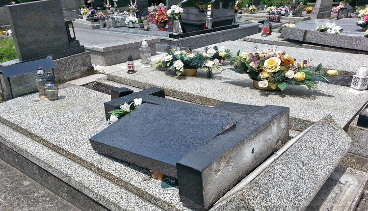 Neznámy vandal zhodil a poničil pomníky na cintoríne