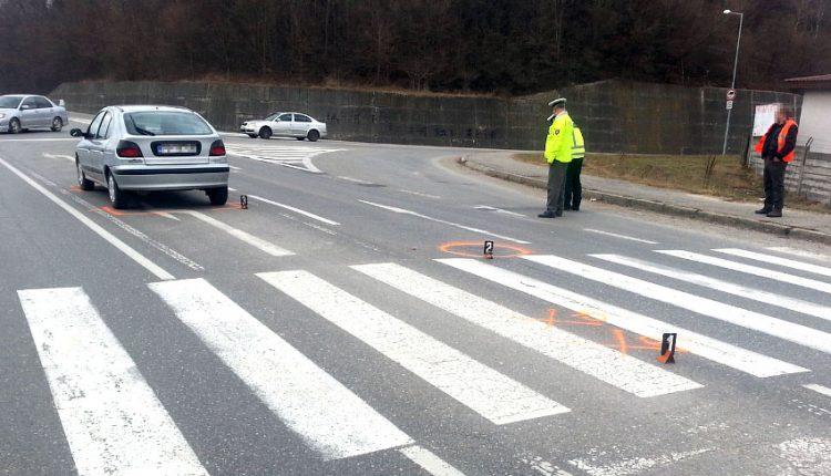 Auto zrazilo babku s vnukom na prechode pre chodcov