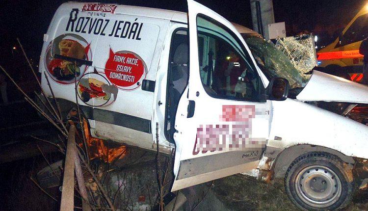 Nehoda v Beluši, auto takmer skončilo v potoku