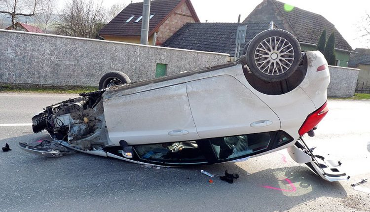 Dopravná nehoda osobného auta, skončilo na streche