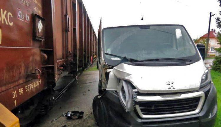 Hrozivá nehoda na priecestí: Vlak zachytil dodávku!