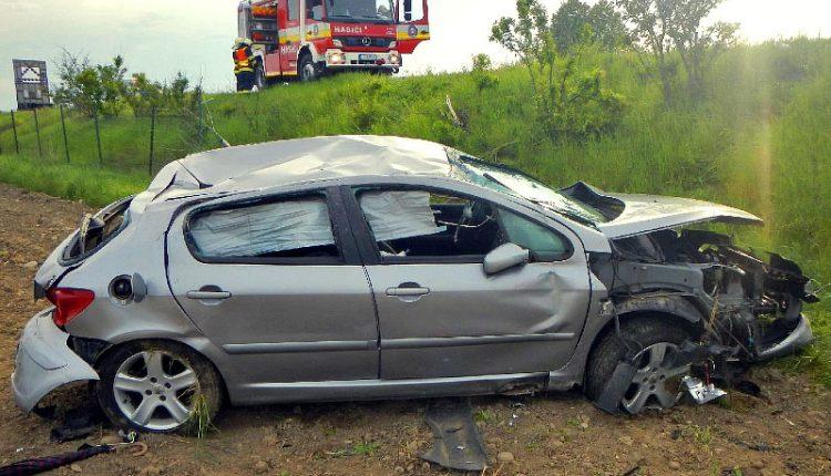 Nehoda na diaľnici, auto vyletelo do poľa a skončilo na streche