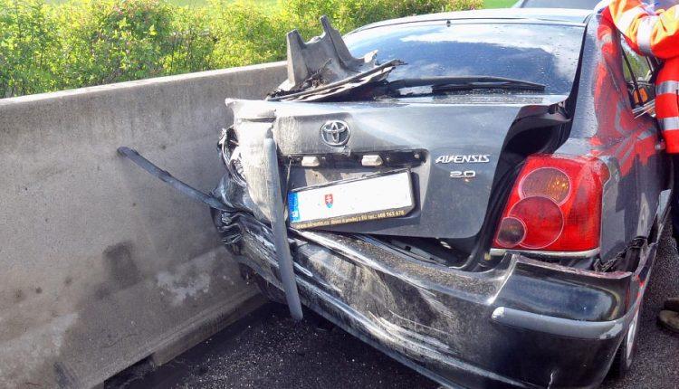 Nehoda na diaľnici, auto zostalo v rýchlom pruhu