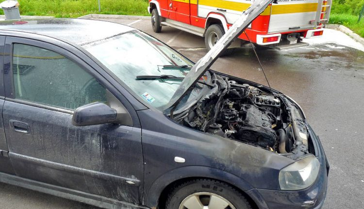 Hasiči boli privolaní k požiaru auta pri čerpacej stanici