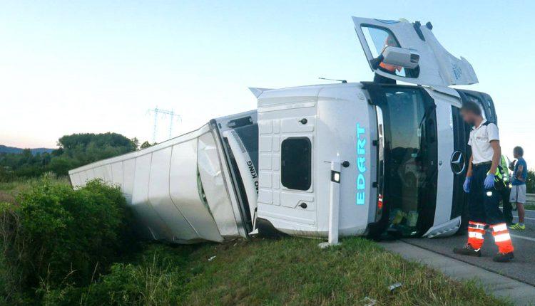 Nehoda pri Púchove, na diaľnici sa prevrátil kamión