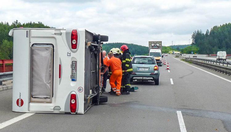 Nehoda na diaľnici, prevrátil sa prívesný karavan