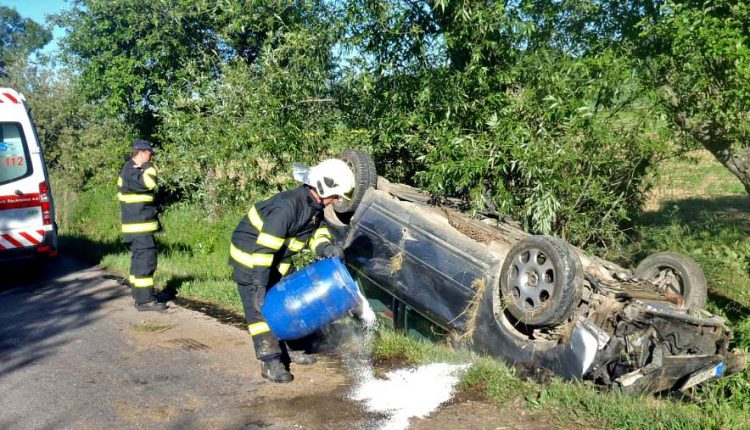 Auto po nehode skončilo vedľa cesty a na streche