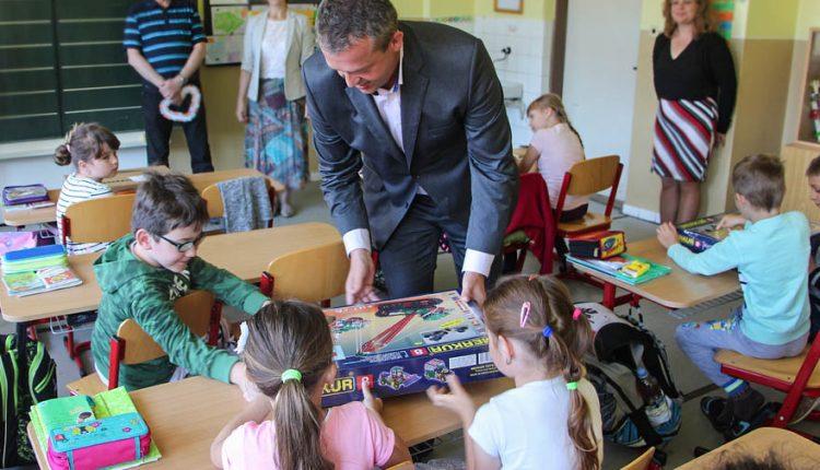 Deväť škôl púchovskej doliny dostalo nové učebné pomôcky