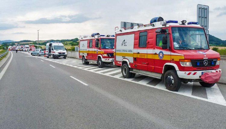 Nehoda na diaľnici pri Púchove, zasahoval aj vrtuľník
