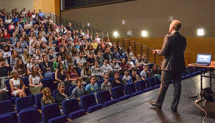 Americký diplomat v Púchove besedoval so študentmi