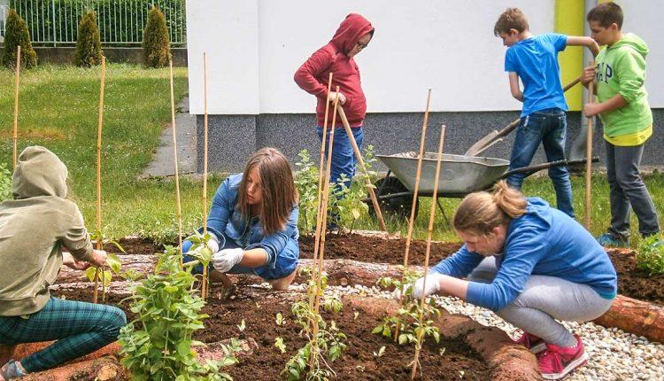 Budovanie areálu základnej školy Komenského v Púchove