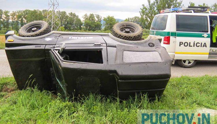 Auto skončilo prevrátené na boku mimo cesty