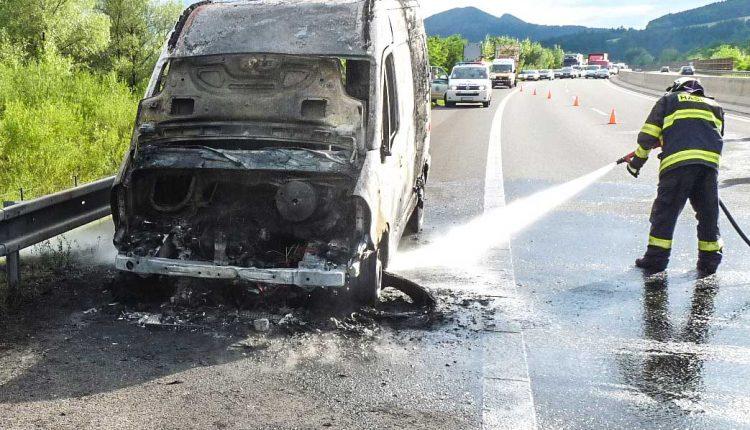 Hasiči hasili požiar dodávky na diaľnici D1