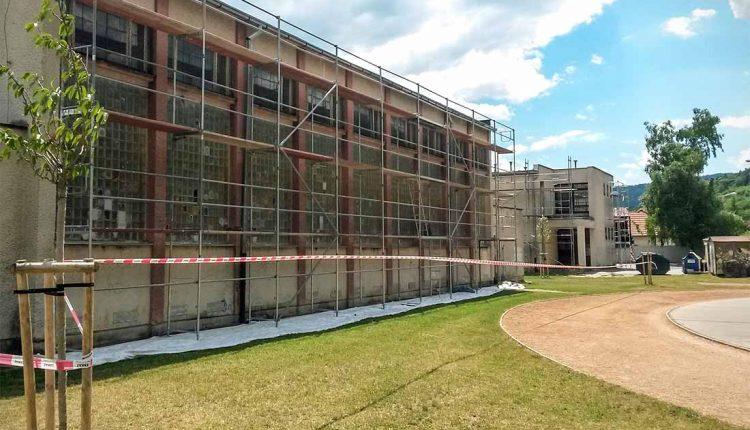 Na Komenčáku majú nové okná ďalšie dve budovy – školský klub a telocvičňa