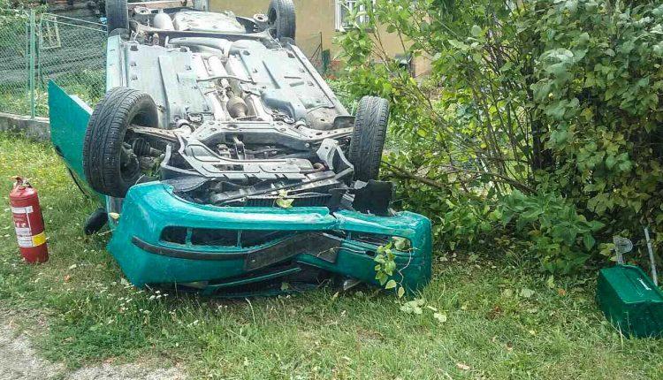 Nehoda v obci, auto skončilo na streche