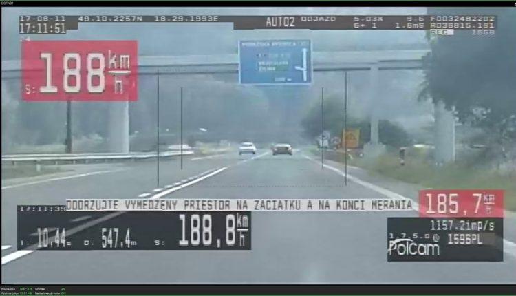 Vodič sa po ceste rútil závratnou rýchlosťou
