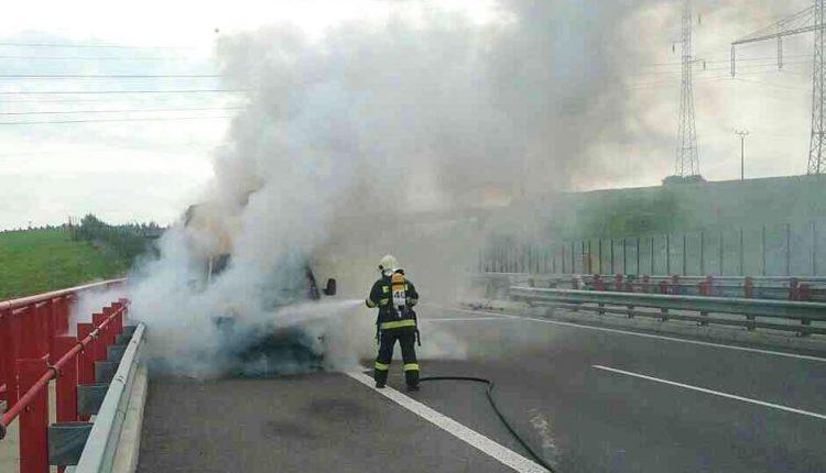 Požiar dodávky na diaľnici D1 priPovažskej Bystrici