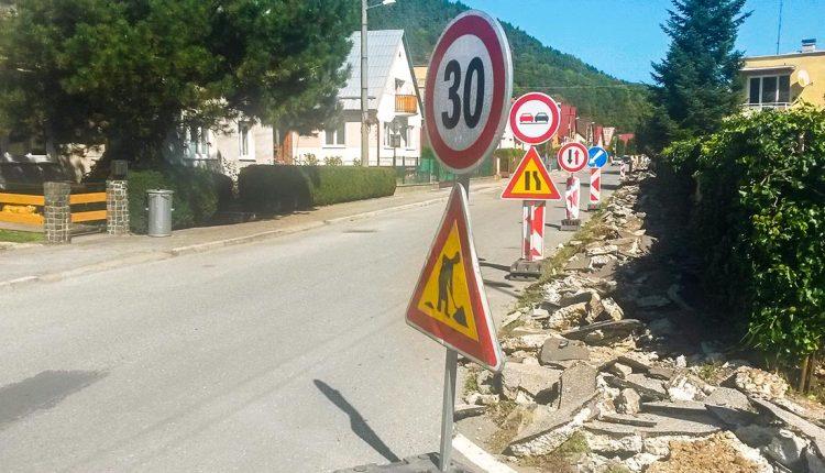 Oprava chodníka: V pondelok rozbili a nechali tak