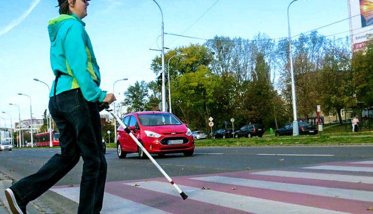 Koľko vodičov v Púchove nezastavilo nevidiacim chodcom?