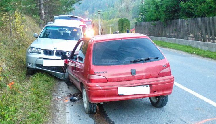 Pri čelnej zrážke vozidiel sa zranili dve osoby