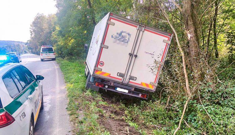 Nehoda nákladného auta, skončilo mimo cesty
