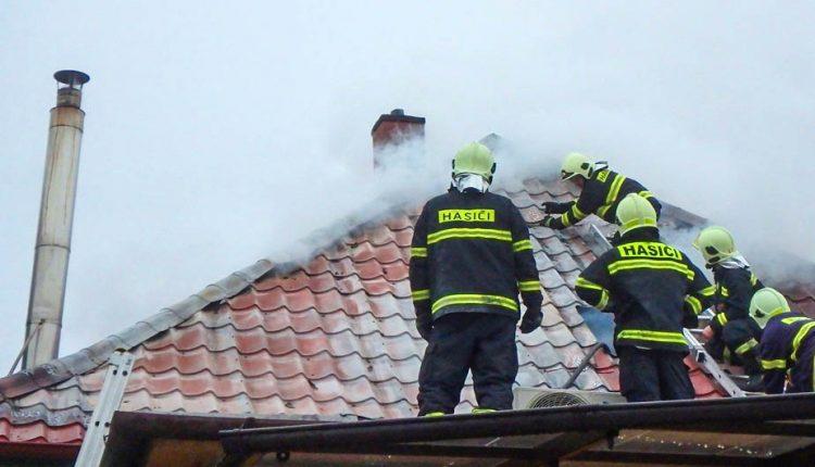 Nočný požiar rodinného domu dal hasičom poriadne zabrať