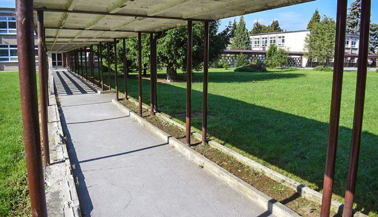 Spojovacie chodby v areáli ZŠ Slovanská sú v kritickom stave