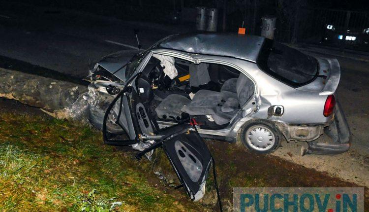 Nehoda v Kvašove, osoby zostali uväznené vo vozidle