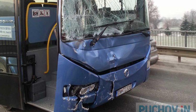 Ranná nehoda dvojice autobusov a osobného vozidla
