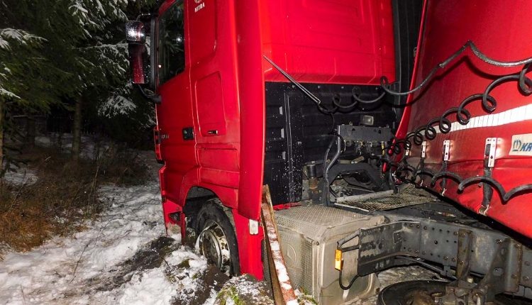 Kamión dostal šmyk a narazil do zábradlia