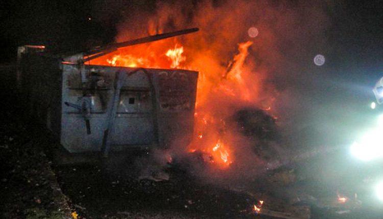 Požiar veľkokapacitného kontajnera pri obchodnom dome