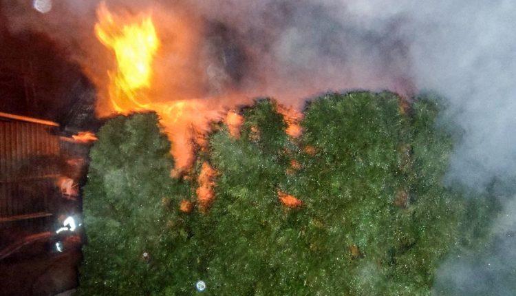 Nebezpečný požiar prístrešku v Horných Kočkovciach