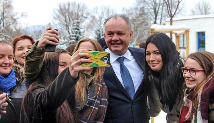 Prezident v Púchove vyslovil pochvalu študentom SOŠ obchodu a služieb