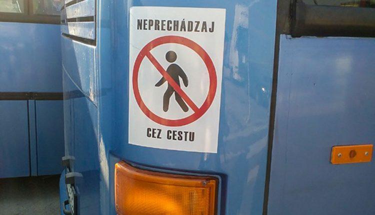 Nové nálepky na autobusoch zvýšia bezpečnosť