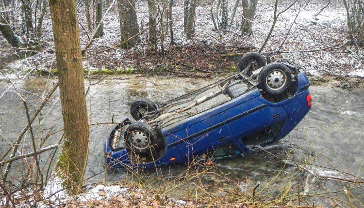 Auto skončilo v potoku a prevrátené na streche