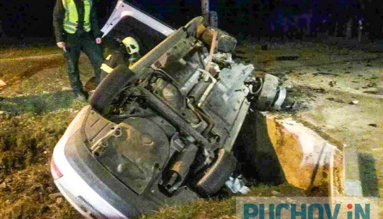 Nočná nehoda, auto sa prevrátilo do priekopy