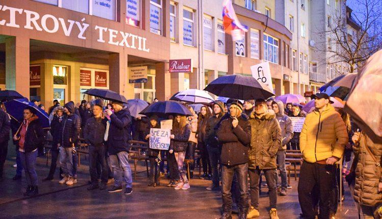 Na protestné zhromaždenie v Púchove prišlo asi tristo ľudí