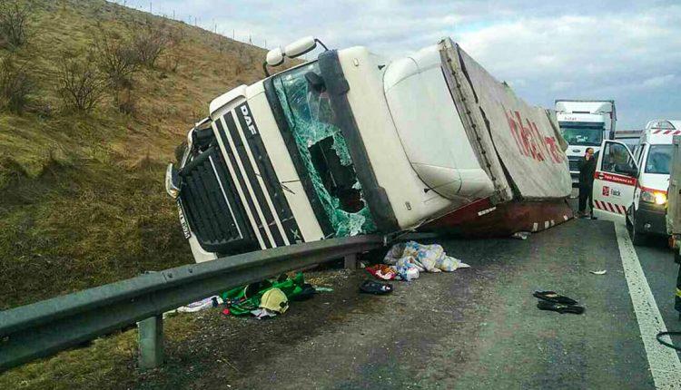 Prevrátený kamión na diaľnici, zasahoval aj vrtuľník