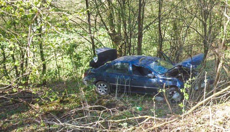 Hrozivá nehoda, auto vyletelo mimo cesty