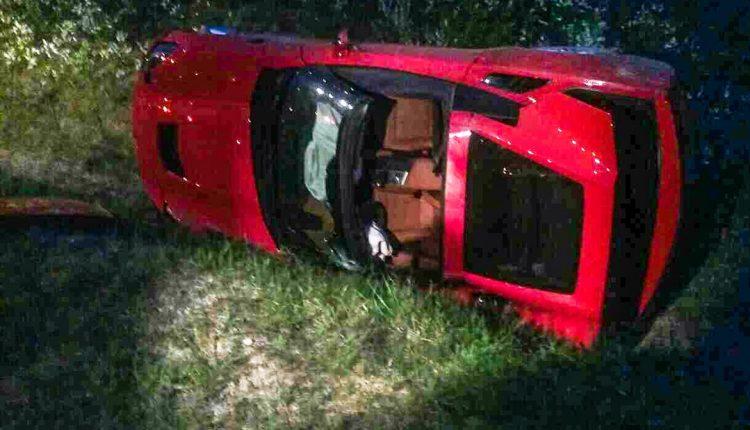 Večerná nehoda, nablýskané auto skončilo prevrátené na bok