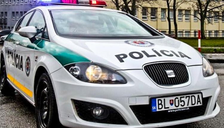 Z neuzamknutého auta ukradli viac ako 3000 eur