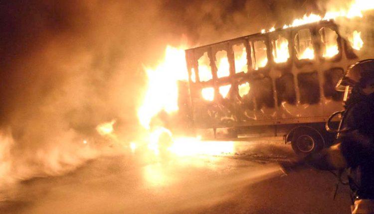 Na diaľnici D1 pri Púchove šľahali plamene
