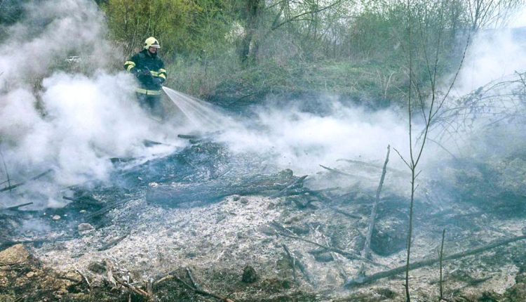 Požiare, nadrozmerný pacient a jedna nebezpečná tehla