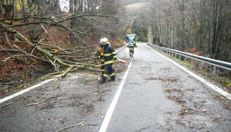 Búrlivé počasie dalo hasičom poriadne zabrať